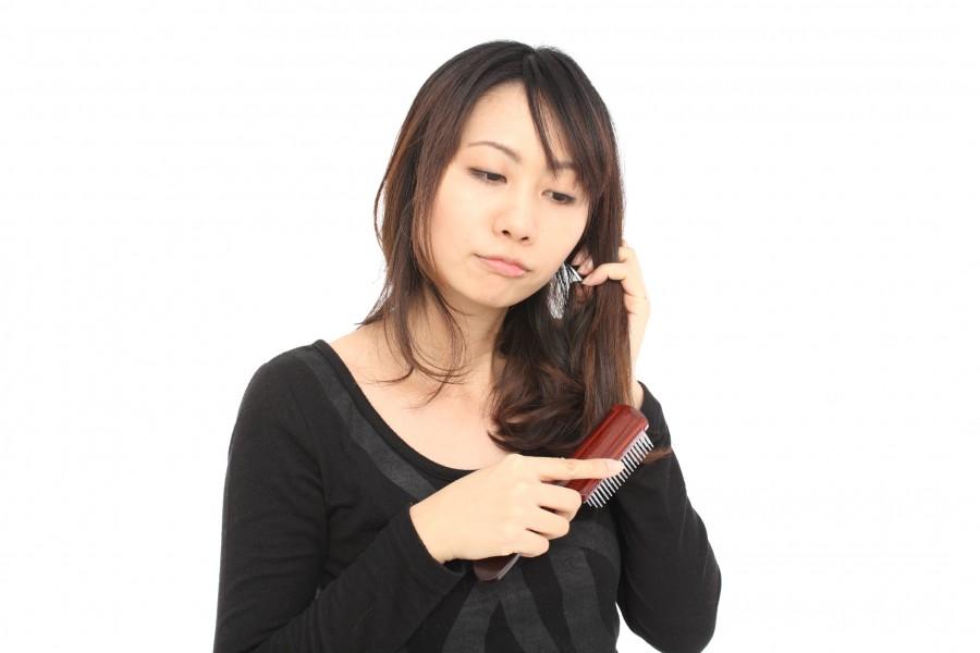 髪の毛が薄くなってきて不安!産後の抜け毛の原因と7つの対策方法