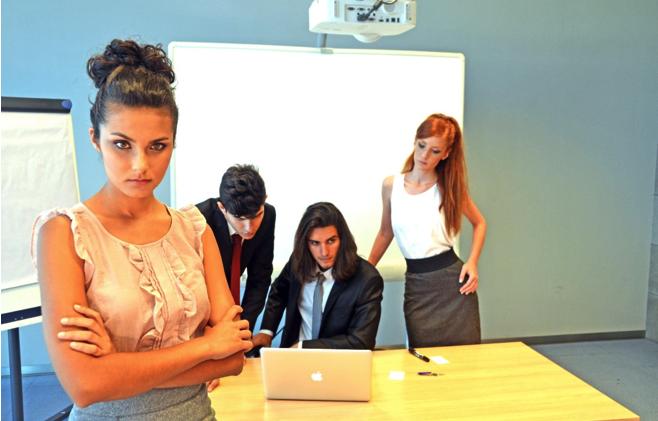 職場での人間関係が難しく孤立している人の原因と7つの対処方法